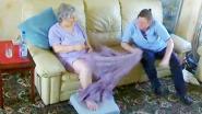 Verzorgster mishandelt patiënte met dementie, maar wordt op heterdaad betrapt door verborgen camera