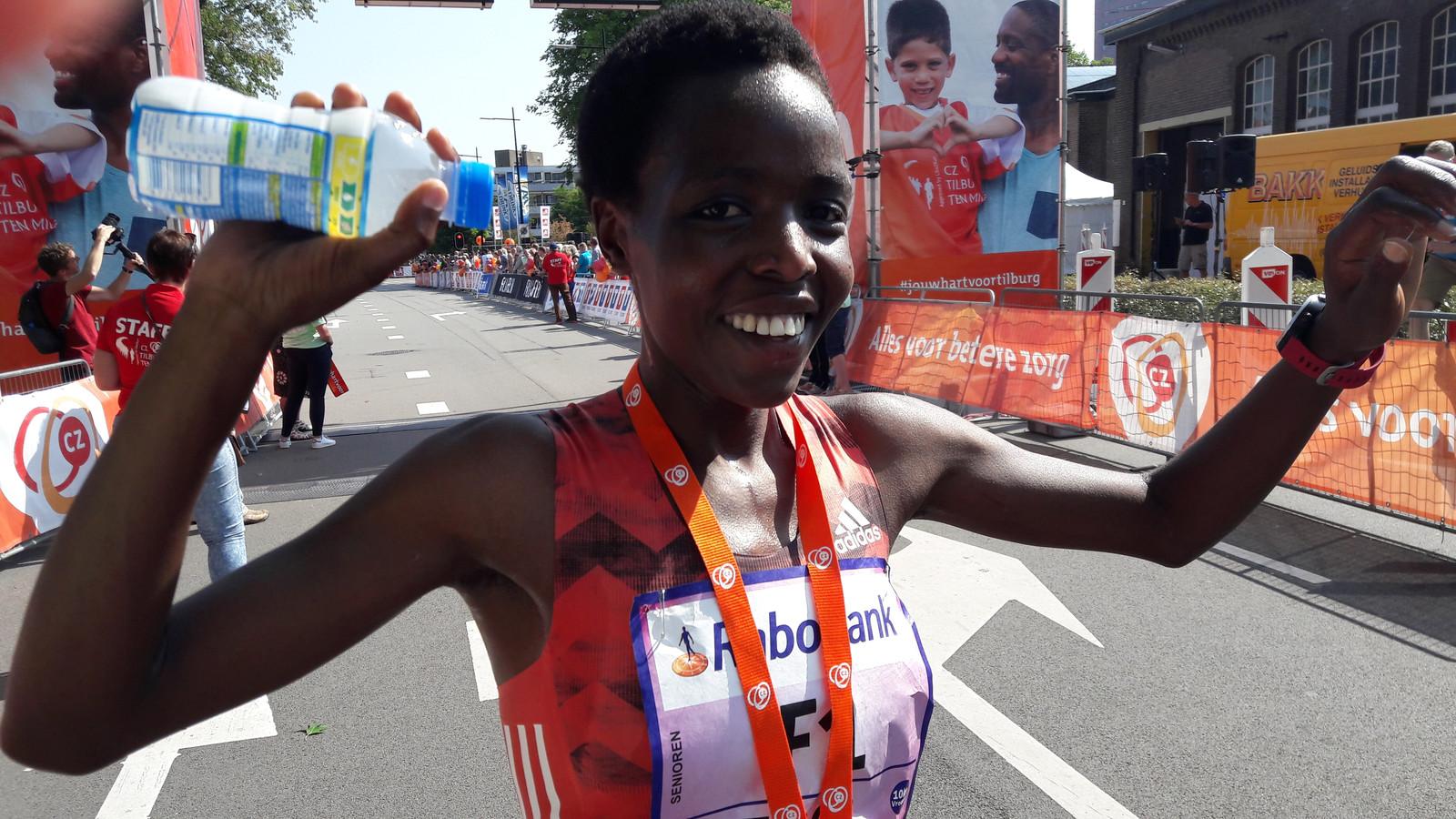 Agnes Tirup blij met haar overwinning in de Ladies Run (10 k) van de Tilburg Ten Miles.