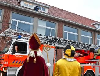 Ardooise brandweer redt Zwarte Piet uit dakgoot