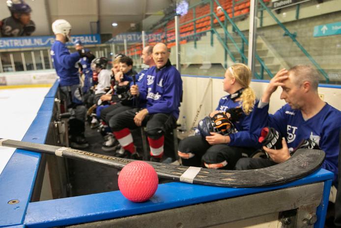 Eindhoven Bandy toernooi: bal en stick waar mee gespeeld wordt.