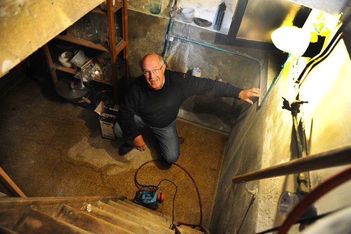 Sam Smit heeft dit jaar al 3.000 liter water uit zijn kelder gepompt.