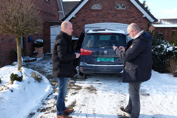 Auto-importeur Wim van Wikselaar (rechts) is met Wouter Schreuder naar Duitsland gereden om een tweedehandse Seat Alhambra te kopen.