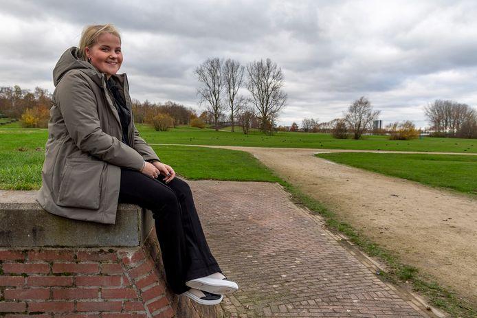 Jette Hulsen is jong (17 jaar) en woont in Bergen op Zoom. Ze wil graag op de foto in het stadspark.