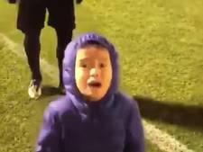 Dortmund-speler dolt jongetje tot tranen aan toe