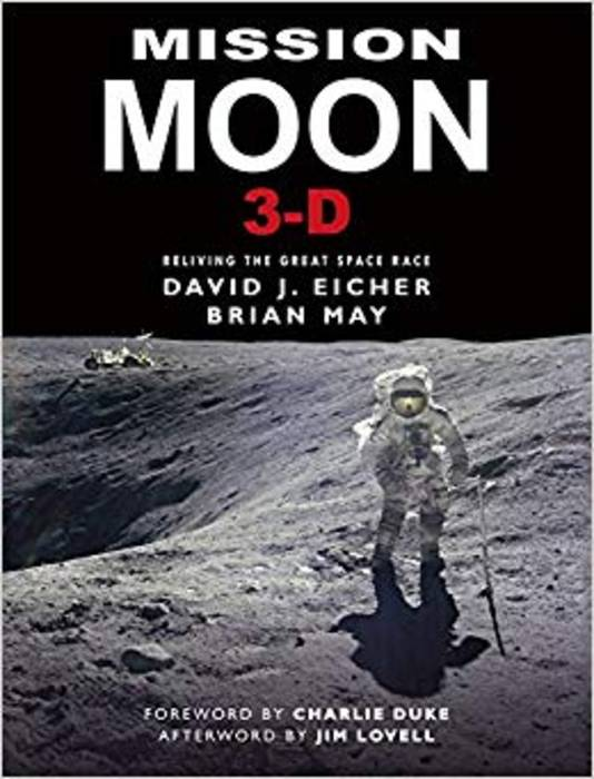 Het boek Mission Moon 3-D, reliving the great space race.
