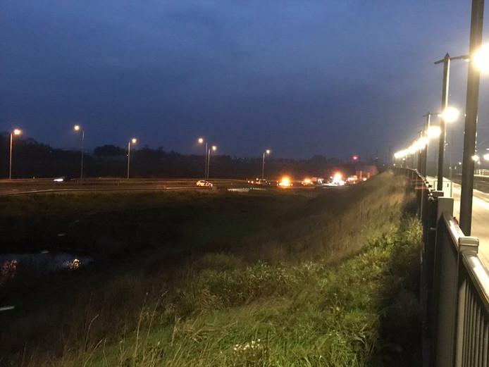 N50 bij Kampen gestremd door ongeluk met 2 autos en bestelbus.
