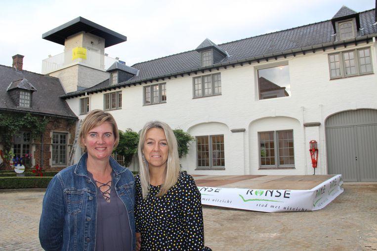 Annelies Lenoir (links) van de dienst Toerisme en schepen van Toerisme Brigitte Vanhoutte (N-VA) zijn trots op de nieuwe Hoge Mote