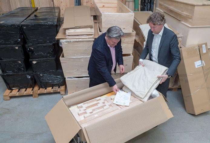 Cor Geijtenbeek en Dave van Santen (wit overhemd) met hun 'Ikea grafkist'.