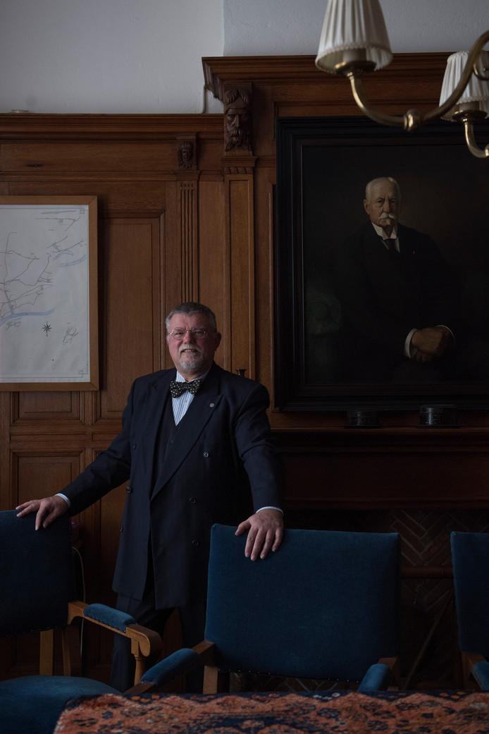 Frans van Oostveen in de regentenkamer van het Burgerweeshuis.