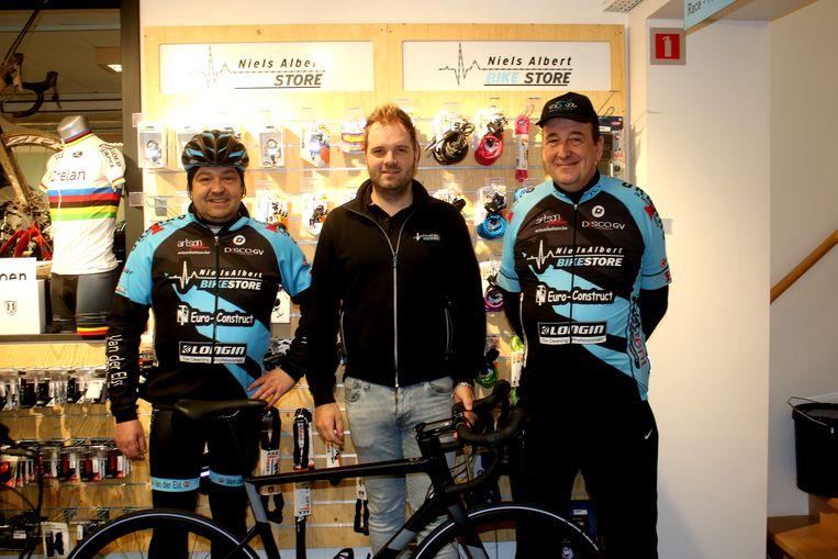 Jozef Feyaerts (r.) met Niels Albert, die de fiets afstelde (m.)  en links ploegleider Kris Van Meldert.