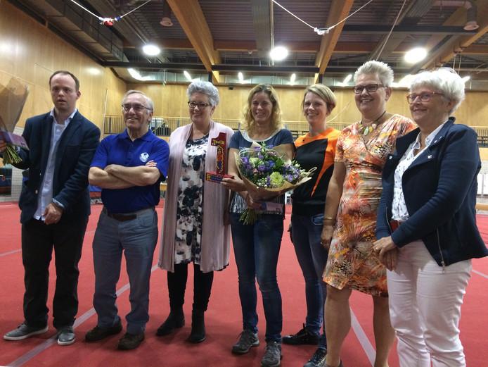 Kunstenaar Bas Lodewijks (links) en alle betrokkenen van het project Bewust Bewegen!