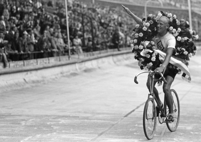 1941: Stayerkampioen Cor Wals brengt na zijn zege in het Olympisch Stadion de Hitlergroet. Hij wordt weggehoond.