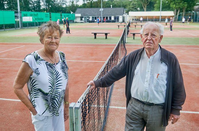Het tennispark in Eerde staat te koop. Nellie en Henk van Hooft stoppen ermee.