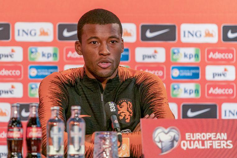 Georginio Wijnaldum steunde Ahmad Mendes Moreira tijdens een persconferentie van Oranje. Beeld BSR Agency