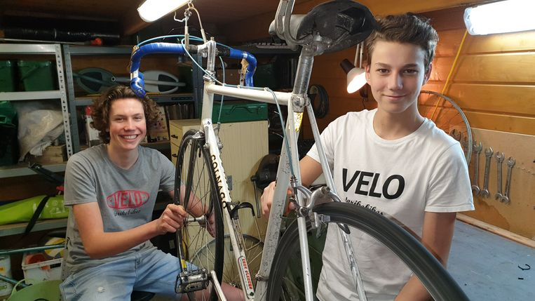 Tommy Laeremans en Kobe Siemons organiseren de retrofietsbeurs in Rijkevorsel. Hier staan ze in de werkplaats van Kobe.