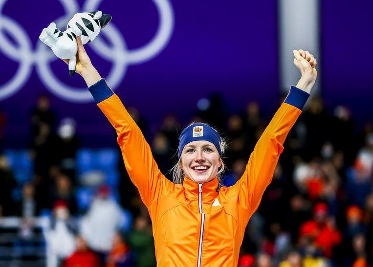 Carlijn Achtereekte op het podium na het winnen van goud in de Gangneung Oval op de 3000 meter tijdens de Olympische Winterspelen van Pyeongchang.  Beeld ANP