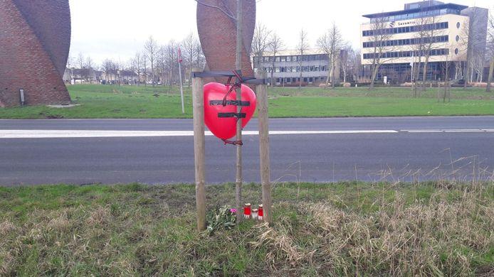 Bij de wokkels in Waddinxveen branden kaarsjes en is een hart bevestigd voor de omgekomen Paul Selier.