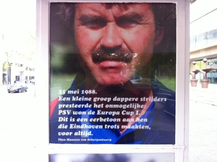 Beeld van Guus Hiddink in de zuil van het bushokje.