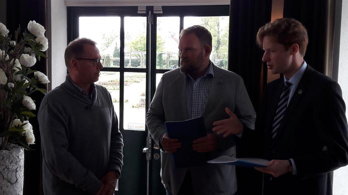 De petitie tegen het plan voor een nieuwe weg tussen Boskoop en Waddinxveen wordt aangeboden.