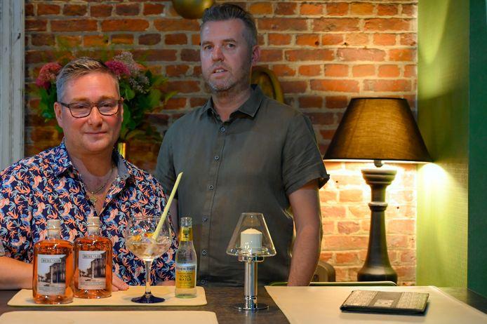 Wim en Jan maakten de gin samen voor in hun zaak aan te bieden.