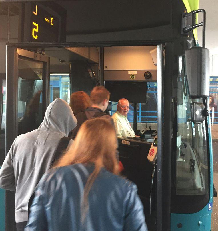 Passagiers stappen in bij lijn 5 richting Striphelden, Almere. Beeld