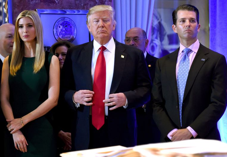 Donald Trump (midden) met zijn zoon(r) Beeld AFP