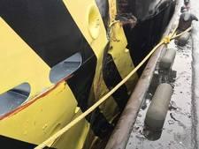 Bemanning loodskotter gewond na harde klap met bulkcarrier