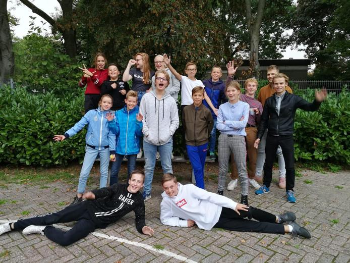 De nieuwe Jongerenraad van Heteren, met als derde van rechts de beoogde voorzitter Mees Kemper.