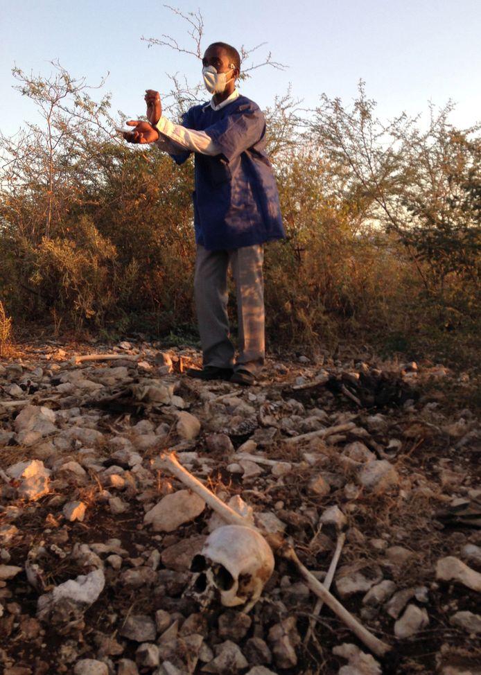 Een onderzoeker is aan het werk op de plek waar de lichaamsresten van zeker tien taxichauffeurs zijn gevonden.