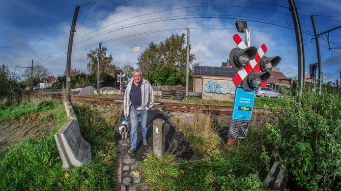 Eric Verwarde vindt het jammer dat de spooroverweg in de Casselstraat op 15 november dicht gaat.