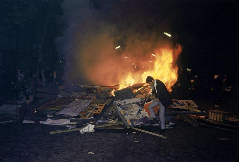 Brandende barricades tijdens schermutselingen in de straten van Parijs. Beeld Hollandse Hoogte / Gamma-Rapho Agence Photographique