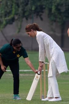 Kate et William poursuivent leur tournée au Pakistan et s'adonnent à une partie de cricket