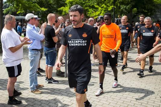 Mark van Bommel op weg naar de eerste training van PSV.