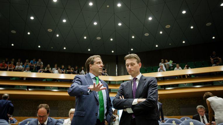 D66-leider Alexander Pechtold in gesprek met VVD-leider Halbe Zijlstra tijdens het vragenuur in de Tweede Kamer. Beeld anp