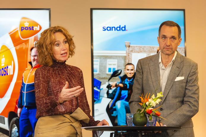 Herna Verhagen (CEO van PostNL) en Ronald van de Laar (directeur Sandd Holding) gaven in februari van dit jaar een toelichting op de voorgenomen samenvoeging van de postnetwerken van PostNL en Sandd.