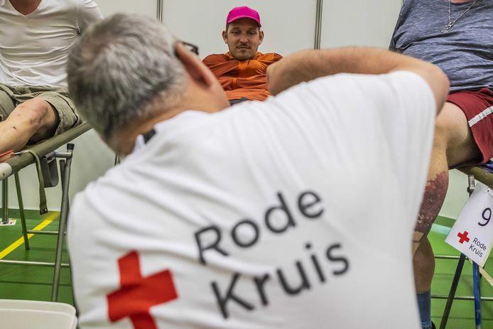 Een vrijwilliger van het Rode Kruis behandelt blaren. Van oververhitting hebben maar weinig lopers last, zegt Michiel Jurgens van het Rode Kruis.