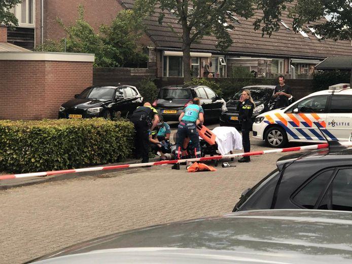 Hulpdiensten ontfermen zich over de neergeschoten man bij het winkelcentrum aan de Oostburgwal in Arnhem.