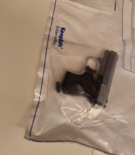 Twee personen met vuurwapen en bijl aangehouden in Zutphen