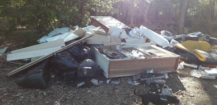 Huisraad met restanten van een wietkwekerij gedumpt in Mierlo.