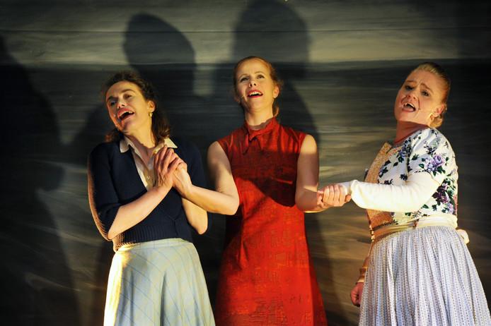 Maike Boerdam (midden), Julia van de Graaff (links) en Gonny Gaakeer in Zeeuwse Vrouwen 2