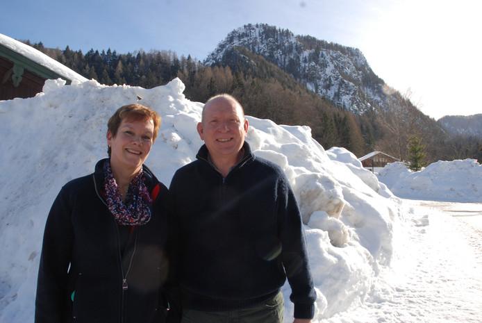 Moeder Monique Frei en stiefvader Henk Pruis van schaatser Thomas Krol in Inzell.