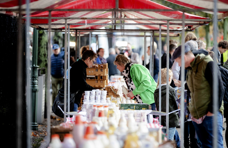 Boeren nemen deel aan het boer-burgerontbijt. Farmers Defence Force organiseerde dit ontbijt om Nederlandse burgers te bedanken voor hun steun tijdens de protesten.