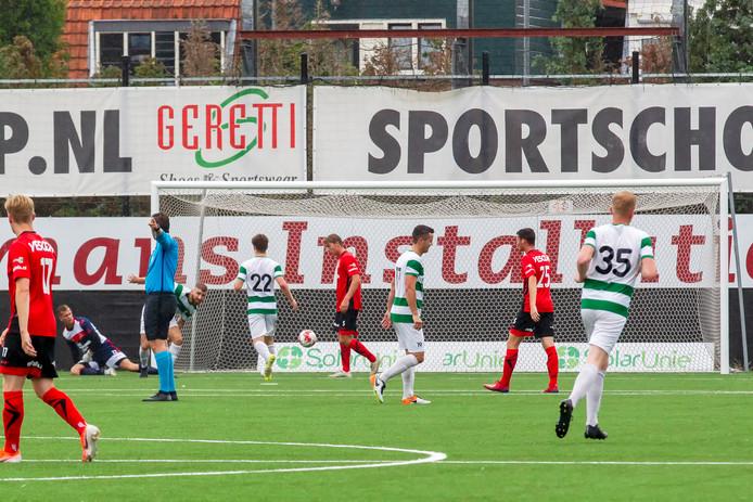Nuenen maakt de 5-1 in het duel met Helmond Sport.