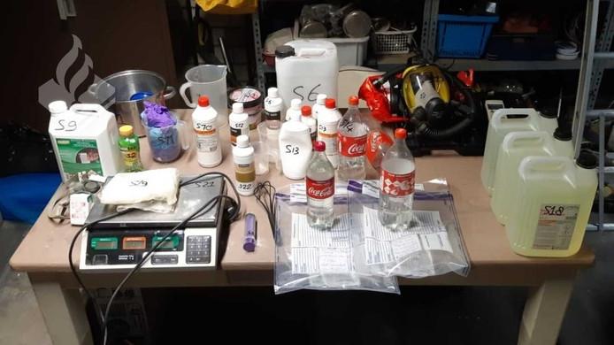 De gevonden onderdelen van het drugslab