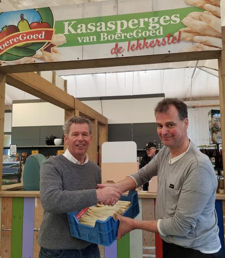 Marcel Koene krijgt eerste kistje kasasperges van Boeregoed
