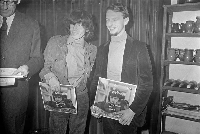Boudewijn de Groot (m) en tekstschrijver Lennaert Nijgh (r) in 1966 bij de presentatie van de lp 'Voor de overlevenden', geproduceerd door Eindhovenaar Tony Vos. De producer en saxofonist is op 89-jarige leeftijd overleden.