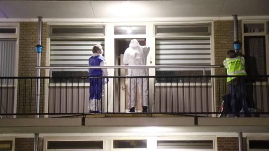 De politie doorzoekt de plek waar het jongetje naar buiten werd gegooid.