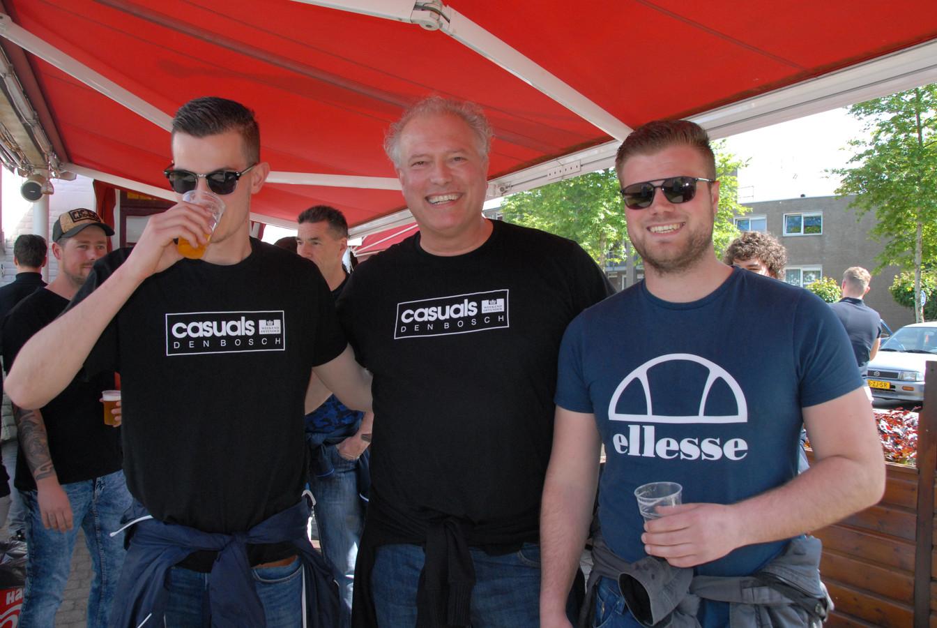 Het vertrouwen op de goede afloop is groot onder de supporters van FC Den Bosch. Paul van Boxtel(54) wordt op het buitenterras van café 't Zonneke geflankeerd door zijn zonen Lars(21) en Rob(22)