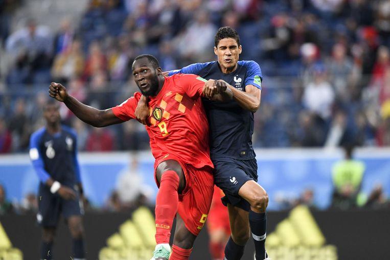 Belgische aanvaller Lukaku gaat het duel aan. Beeld Photo News