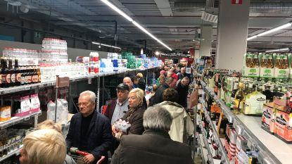 Ongeziene stormloop bij Delhaize Mariakerke: supermarkt pakt uit met 30% korting op aankopen naar aanleiding van renovatiewerken